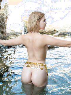 Голая девушка намочила письку и попку в море - фото