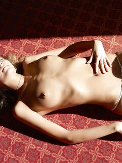 Девушка в прозрачных трусиках лежит на полу - фото