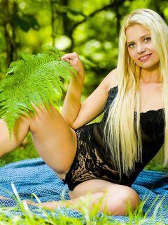 Голая блондинка в лесу - фото