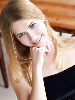 Блондинка в коротком платье и туфлях засветила письку - фото