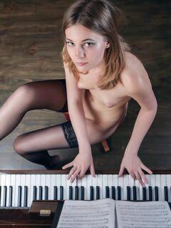 Голая девушка в чулках и пианино - фото