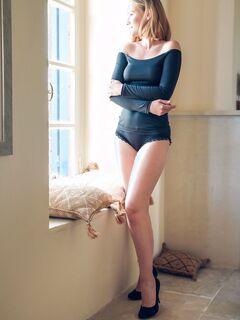 Девушка с сочной задницей стянула трусики - фото
