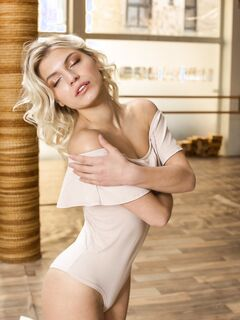 Голая блондинка в фитнес зале - фото