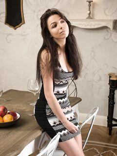 Красивая девица в коротком платье с длинными ногами - фото