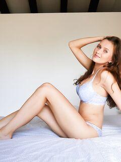 Роскошная шатенка с сексуальным голым телом в постели - фото