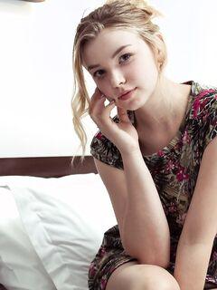 Девушка с большой натуральной грудью и попой в постели - фото