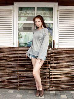 Девушка с большой попой сняла кофту и шорты - фото