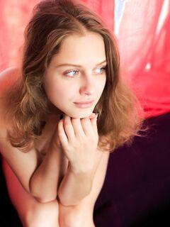 Очень красивая голая девушка с бритой писькой - фото