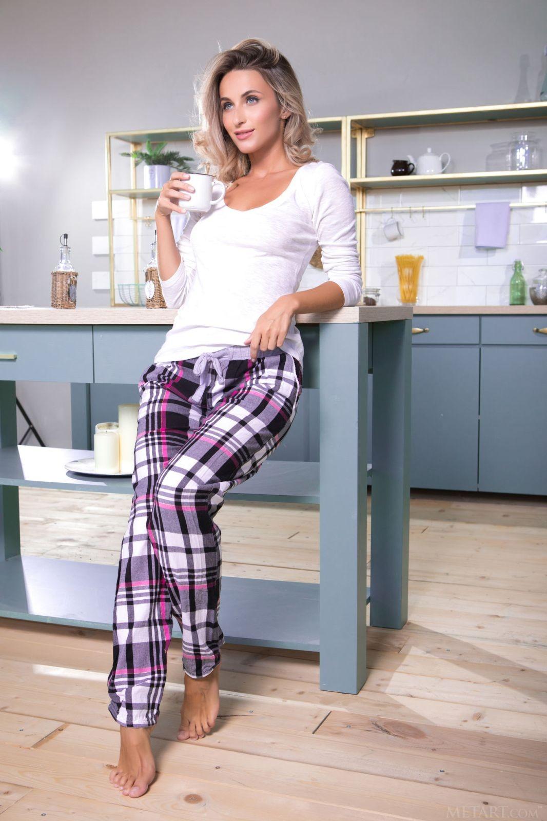 Сексуальная девушка сняла штаны на кухне - фото