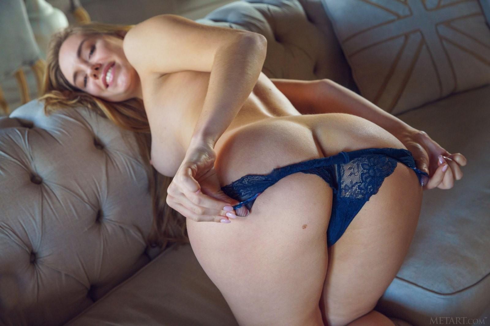 Девушка снимает юбку и трусики у себя дома - фото