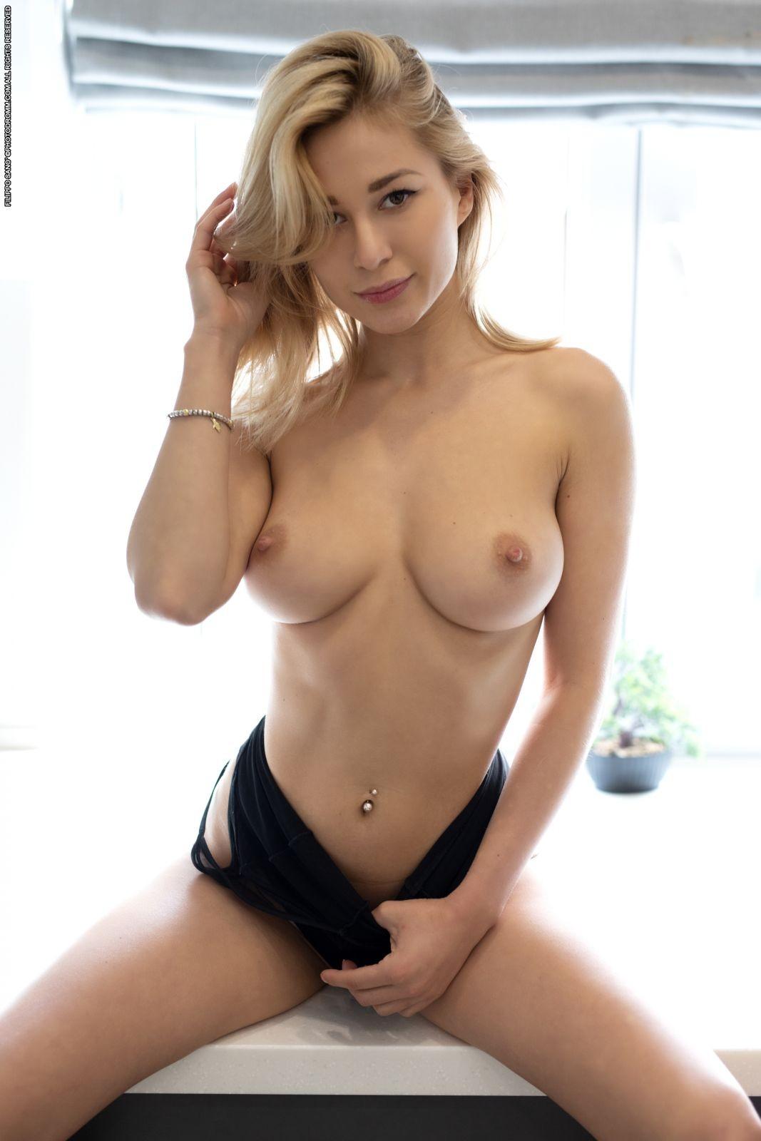 Блондинка в босоножках и крупные упругие сиськи - фото