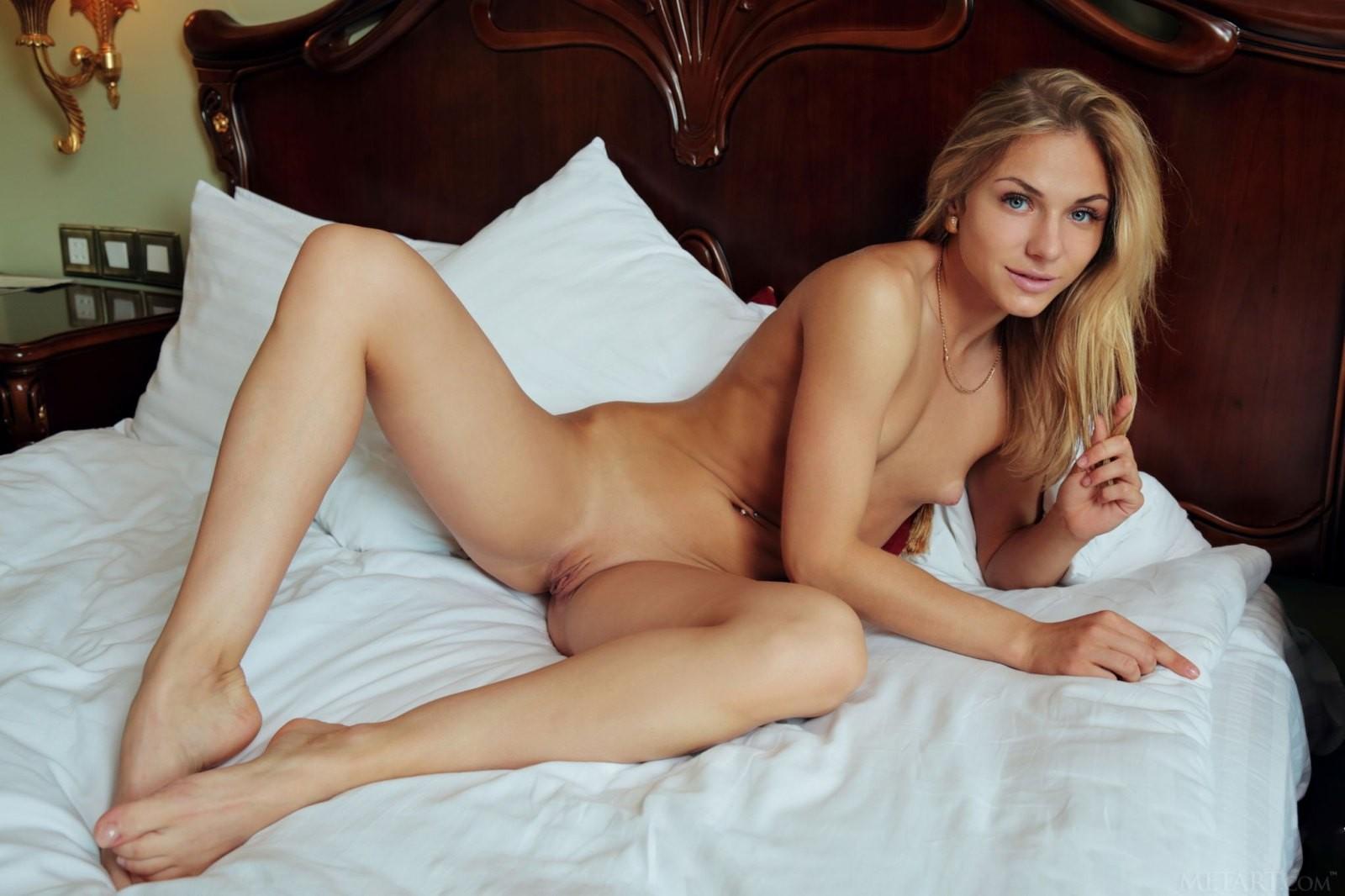 Девица с плоскими сиськами в спальне - фото