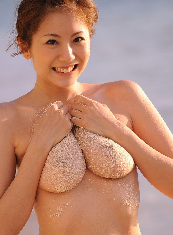Японка в купальнике на пляже - фото