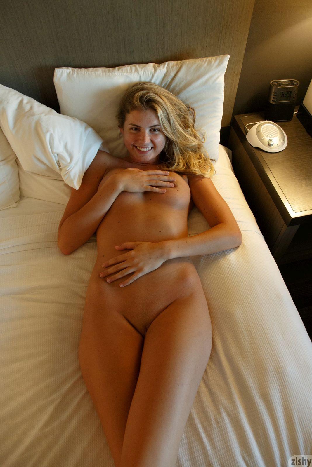 Сняла трусики и легла на кровать - фото
