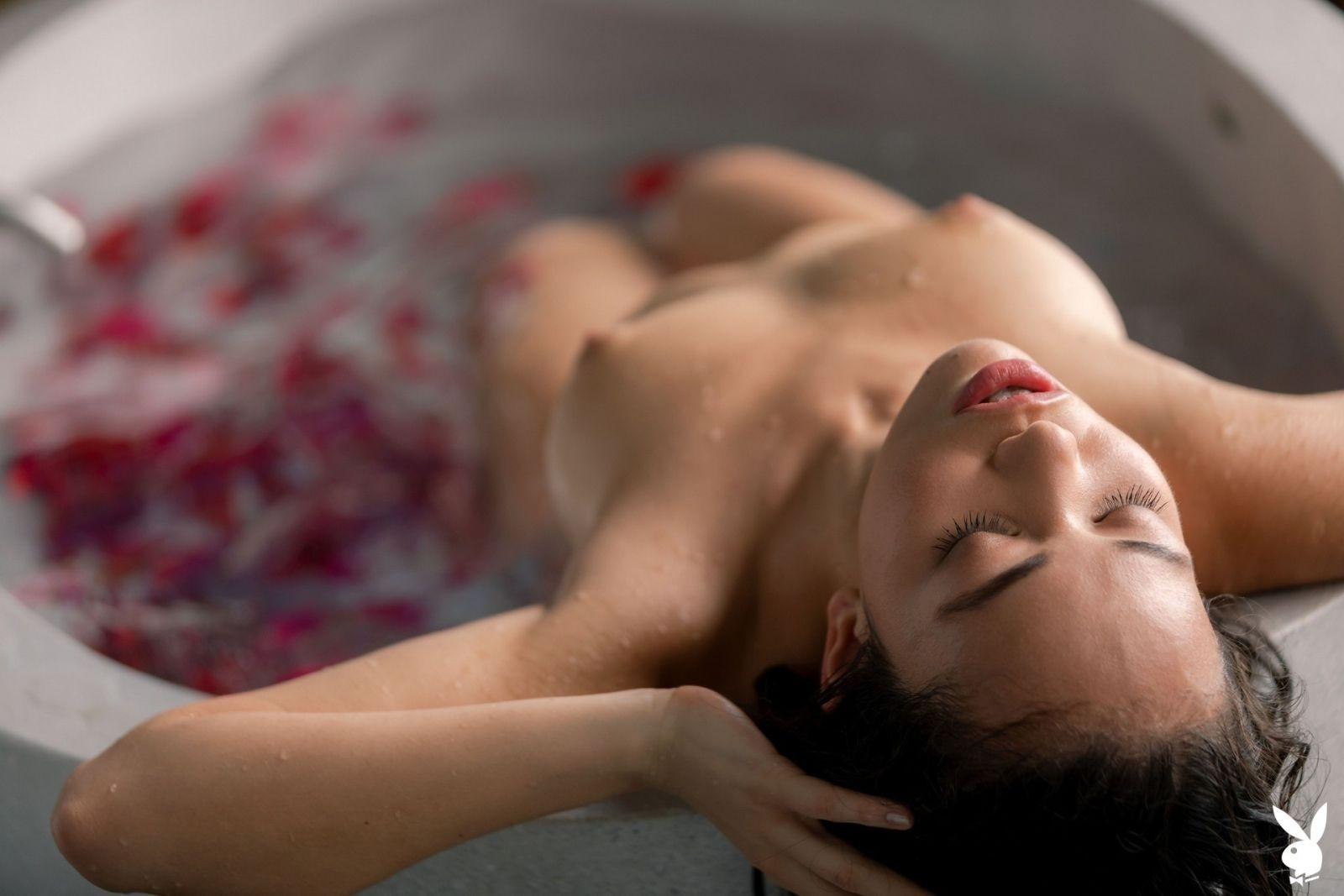 Красотка в кружевных трусах в ванной - фото