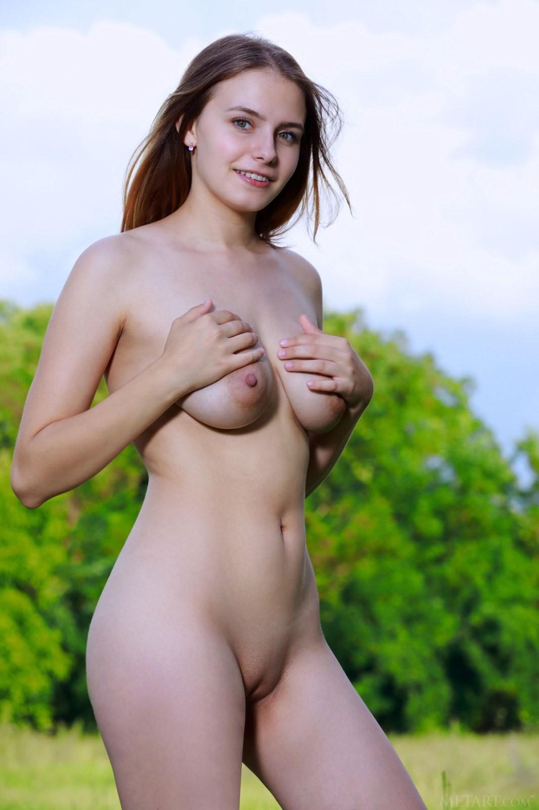 Девица с висячими сиськами на природе - фото