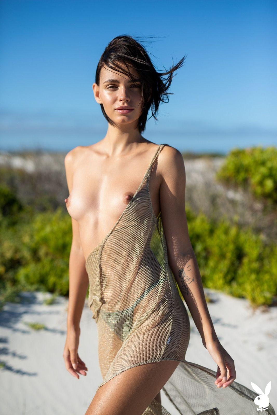 Сексуальная девица в майке и трусиках на пляже - фото