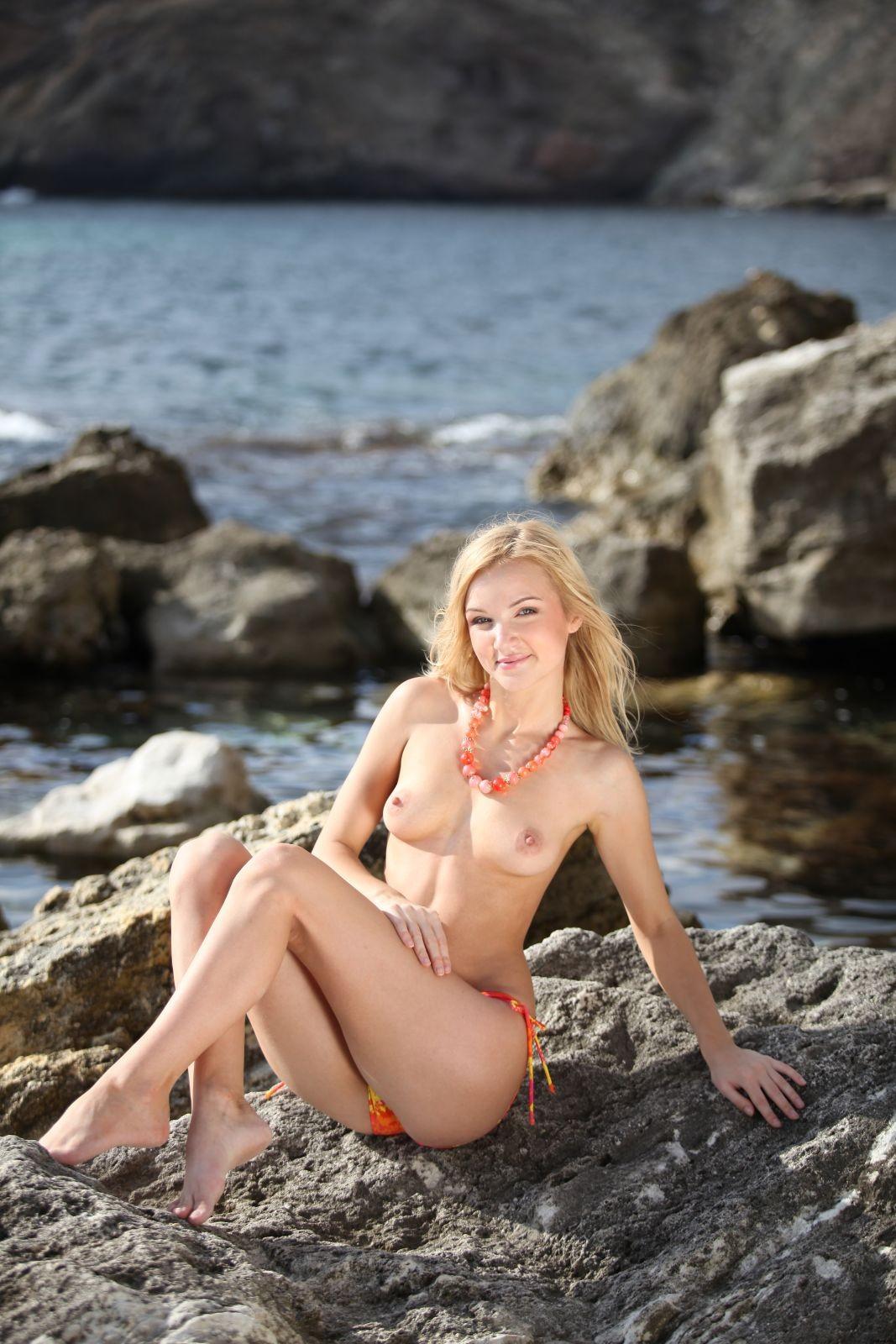 Блондинка в купальнике у моря - фото