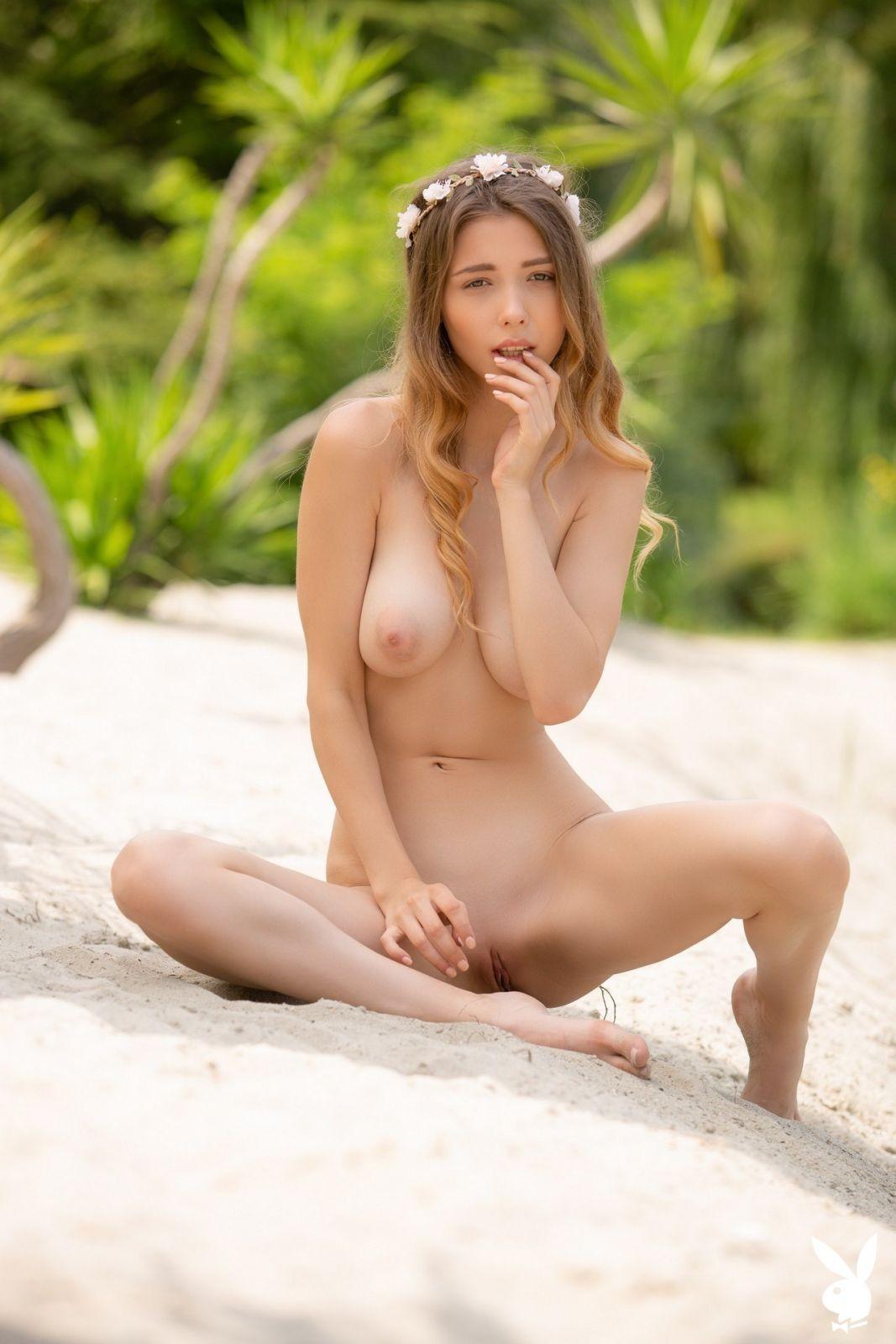 В купальнике на природе - фото