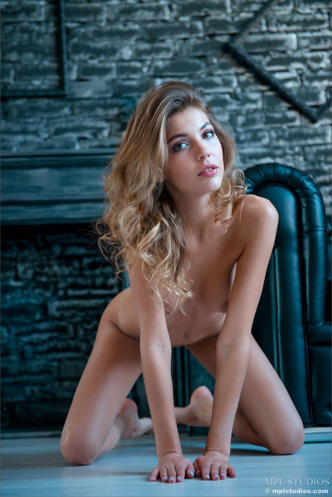 Стройная красавица без трусиков - фото