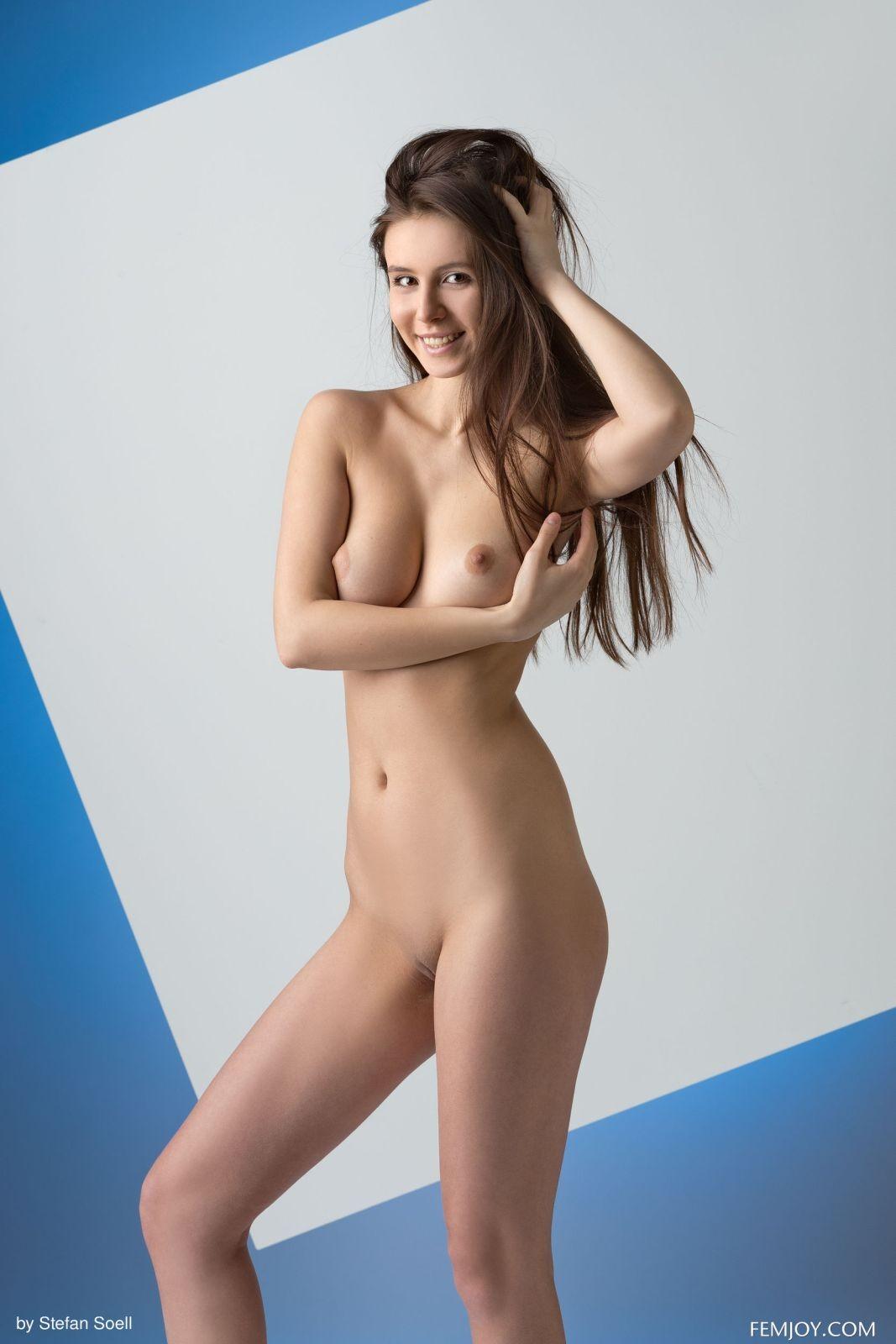 Высокая модель с упругими красивыми сиськами - фото