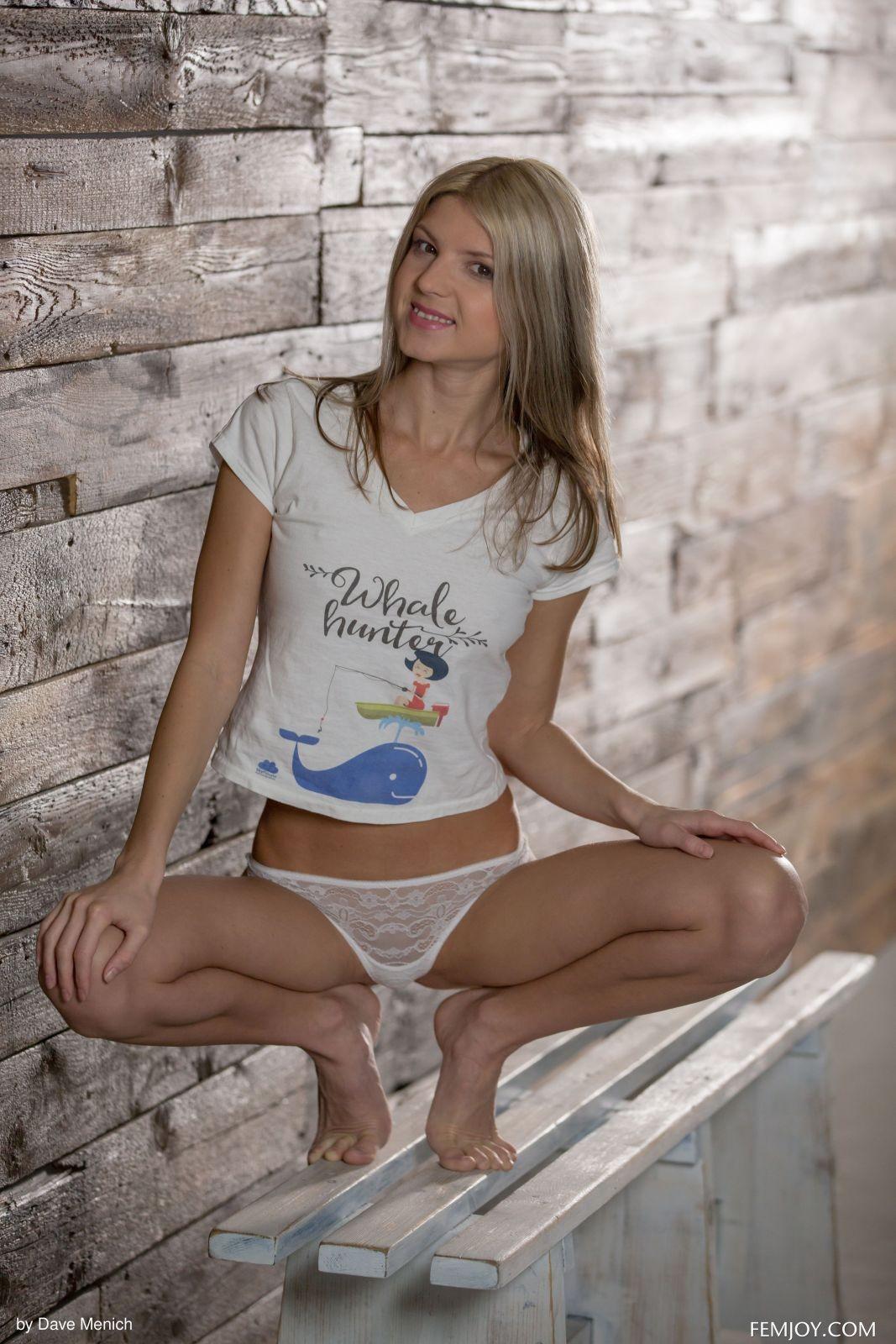 Худая русская девка сняла трусы и майку на лавке - фото