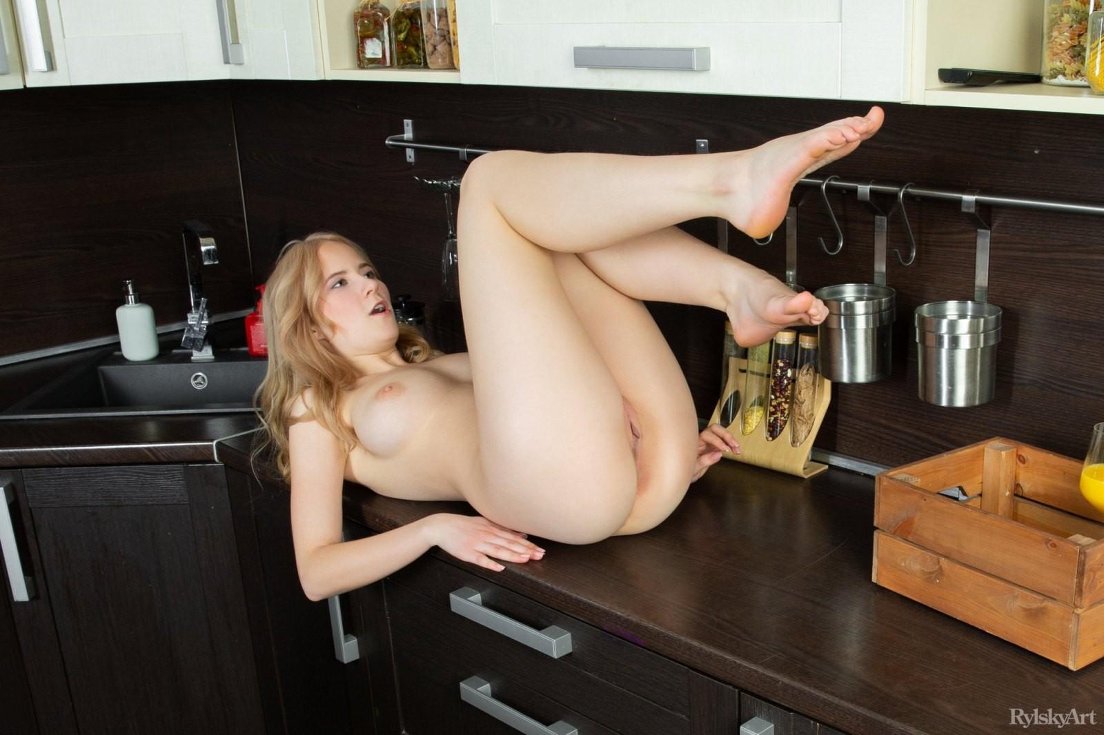 Блондинка показала себя на кухне и в спальне - фото