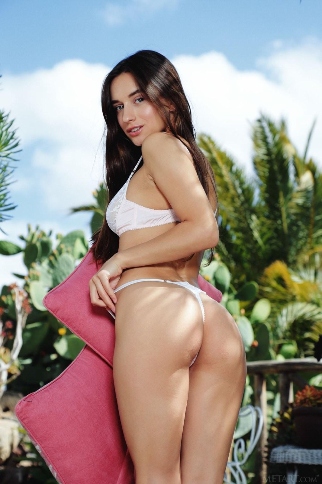 Красивая девушка в белых трусиках - фото