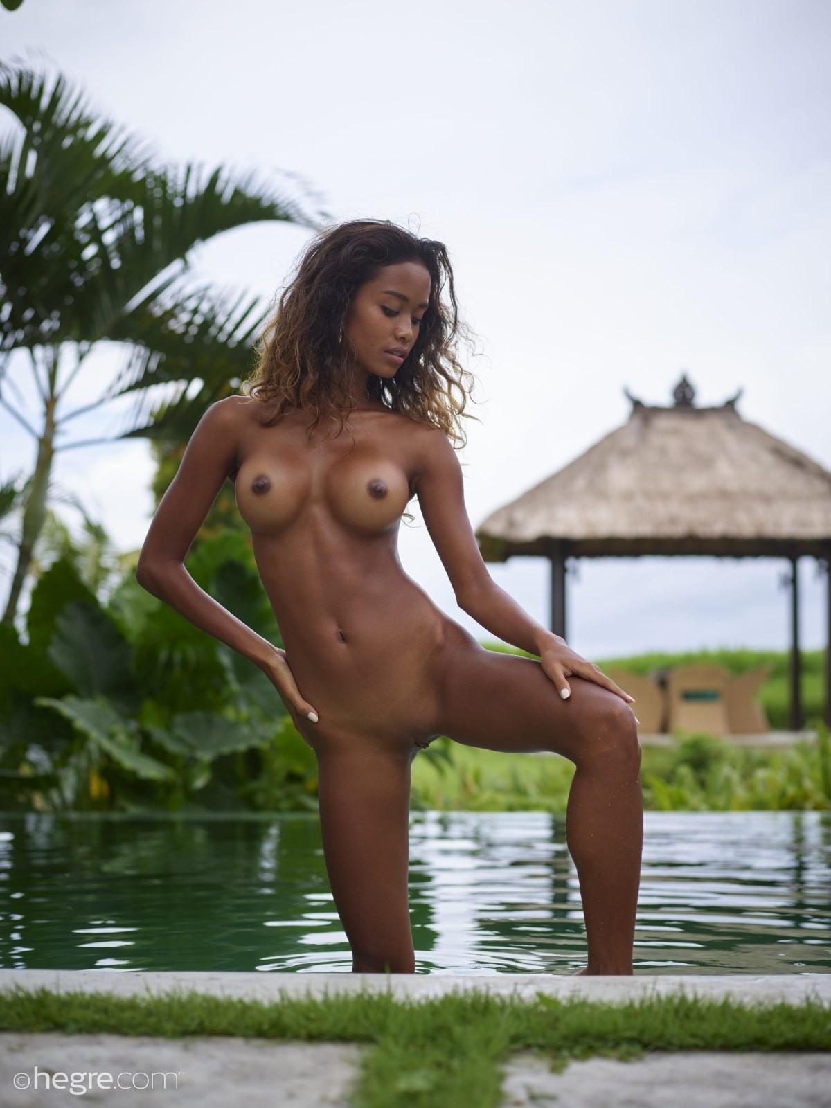 Худая негритяночка в бассейне - фото