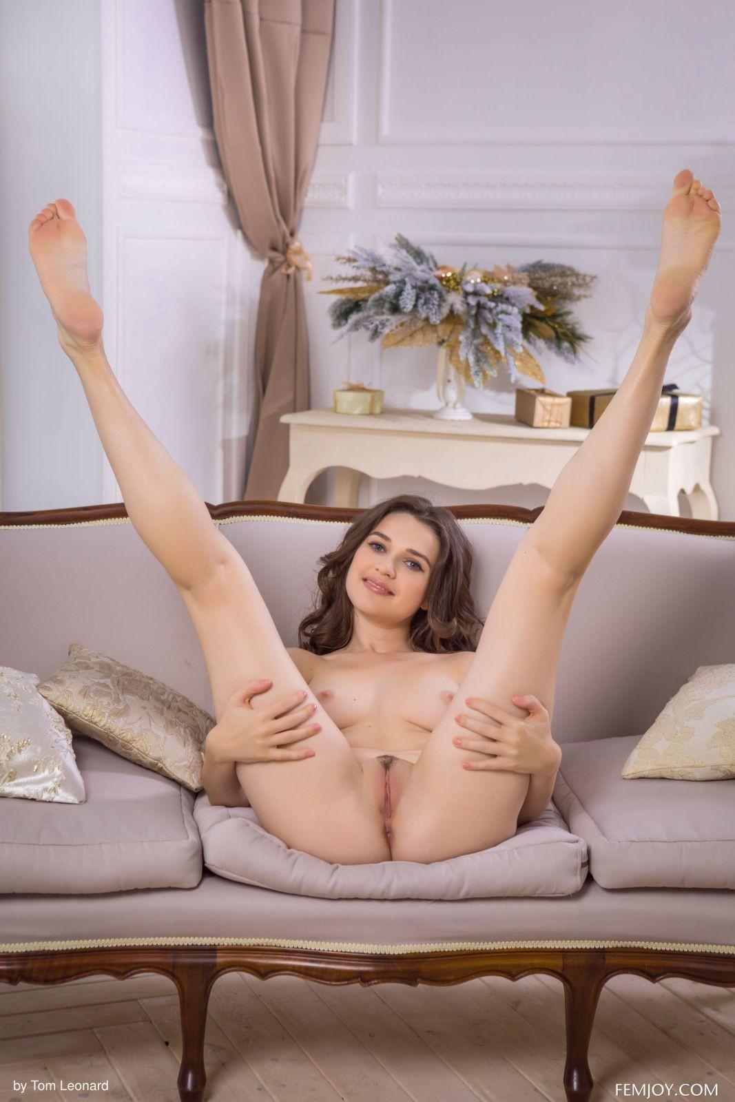 Красотка раздвигает ноги на диване - фото