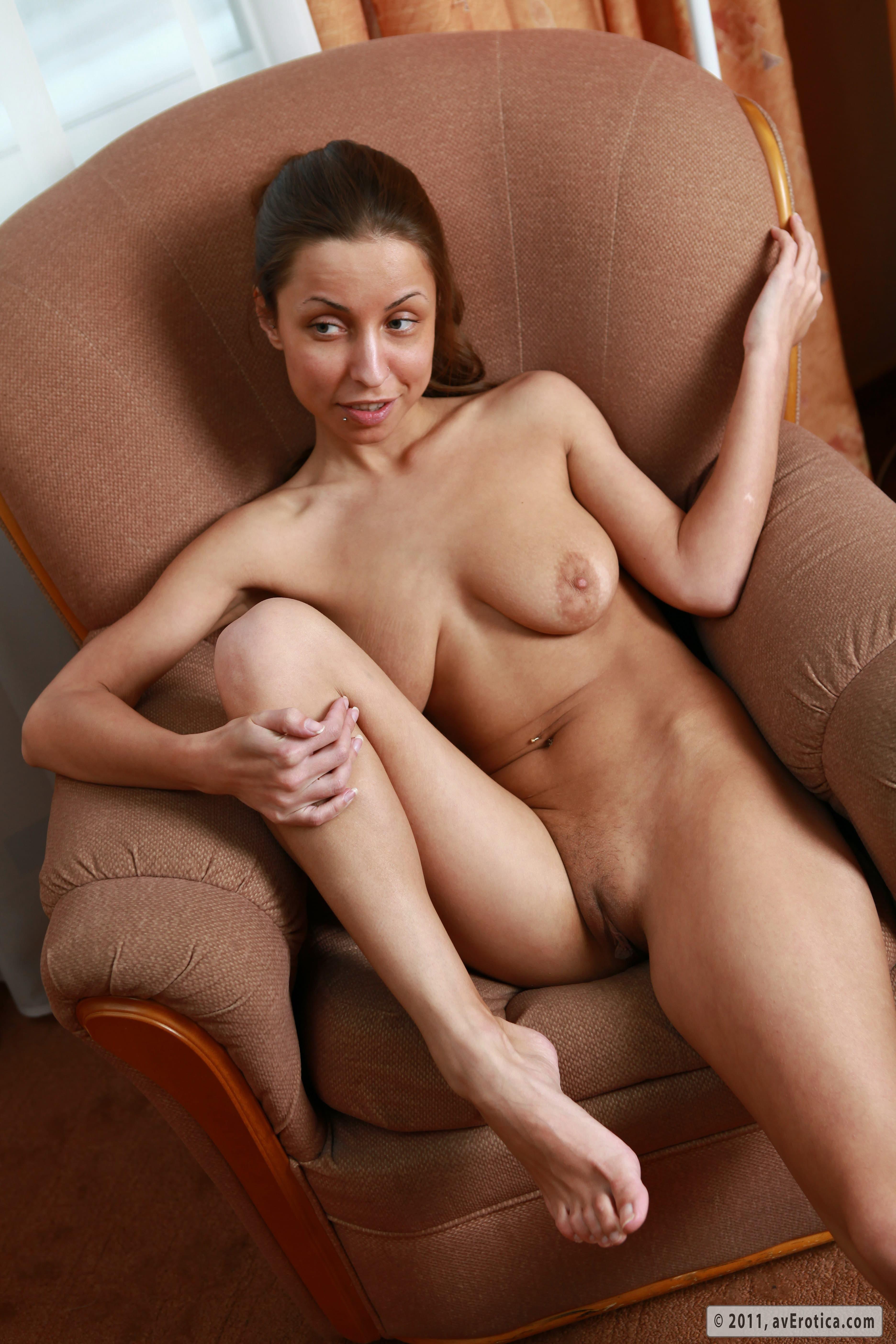 Мегги шалит в кресле без трусиков - фото