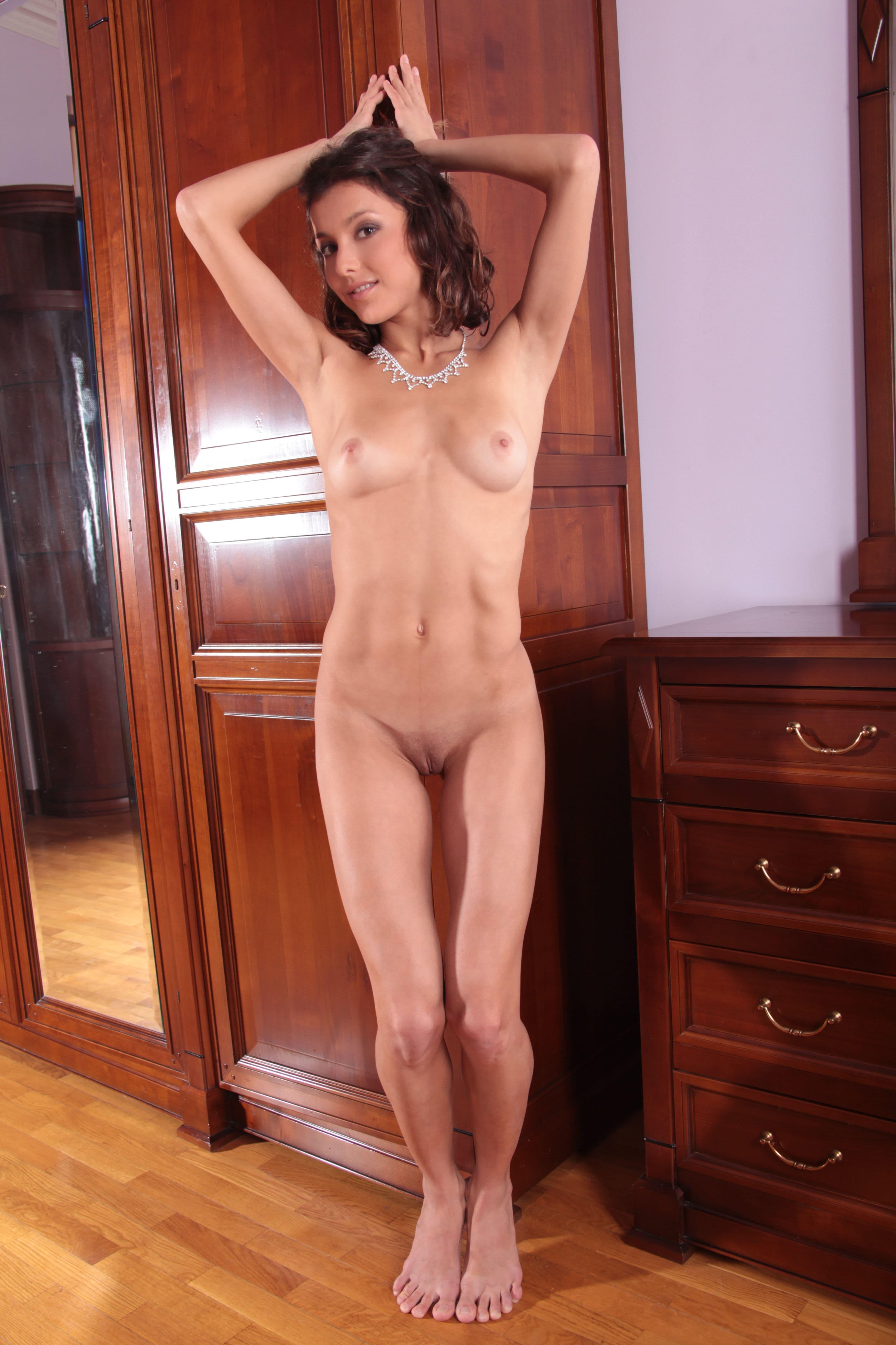 Тощая девушка без одежды - фото