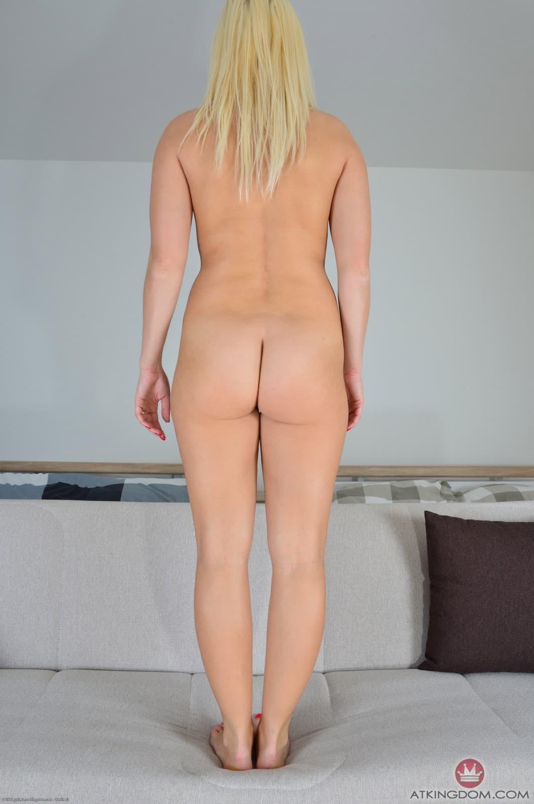 Блондинка с широкими бедрами и плоской жопой - фото