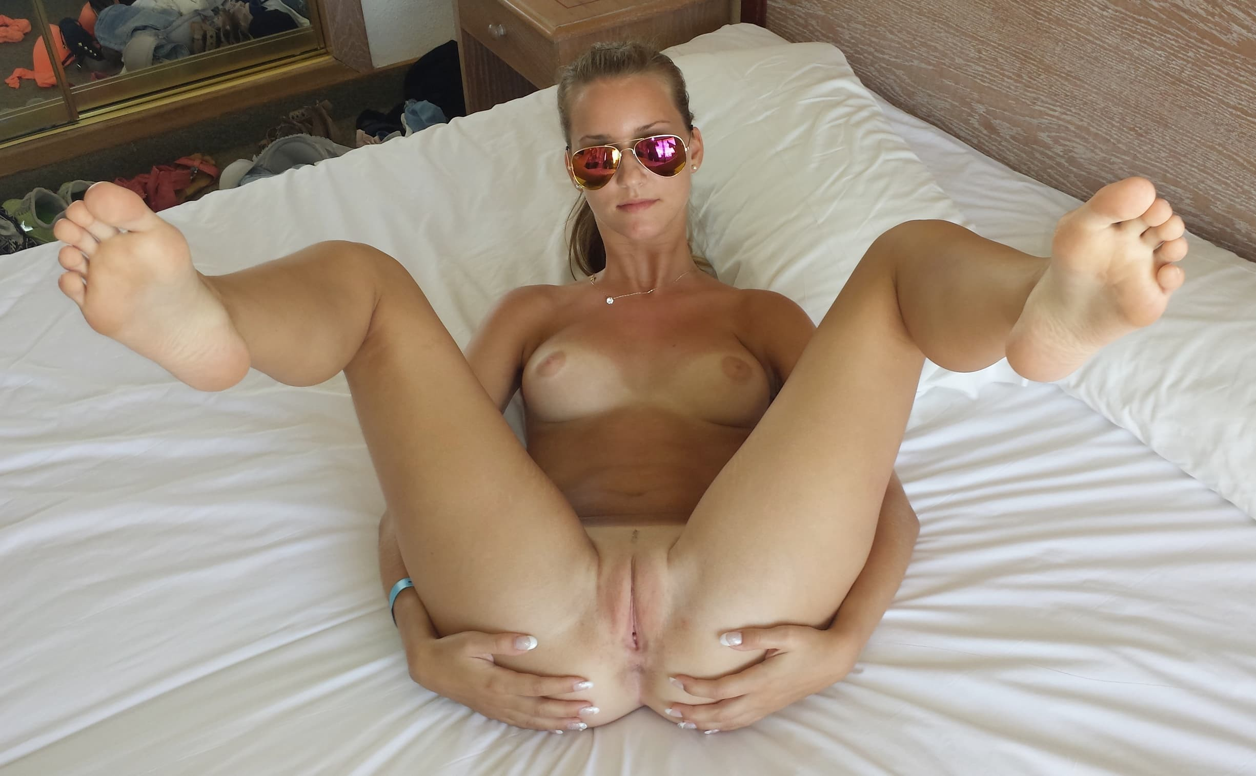 Любовница в чулках раздвигает ноги в отеле - эротика