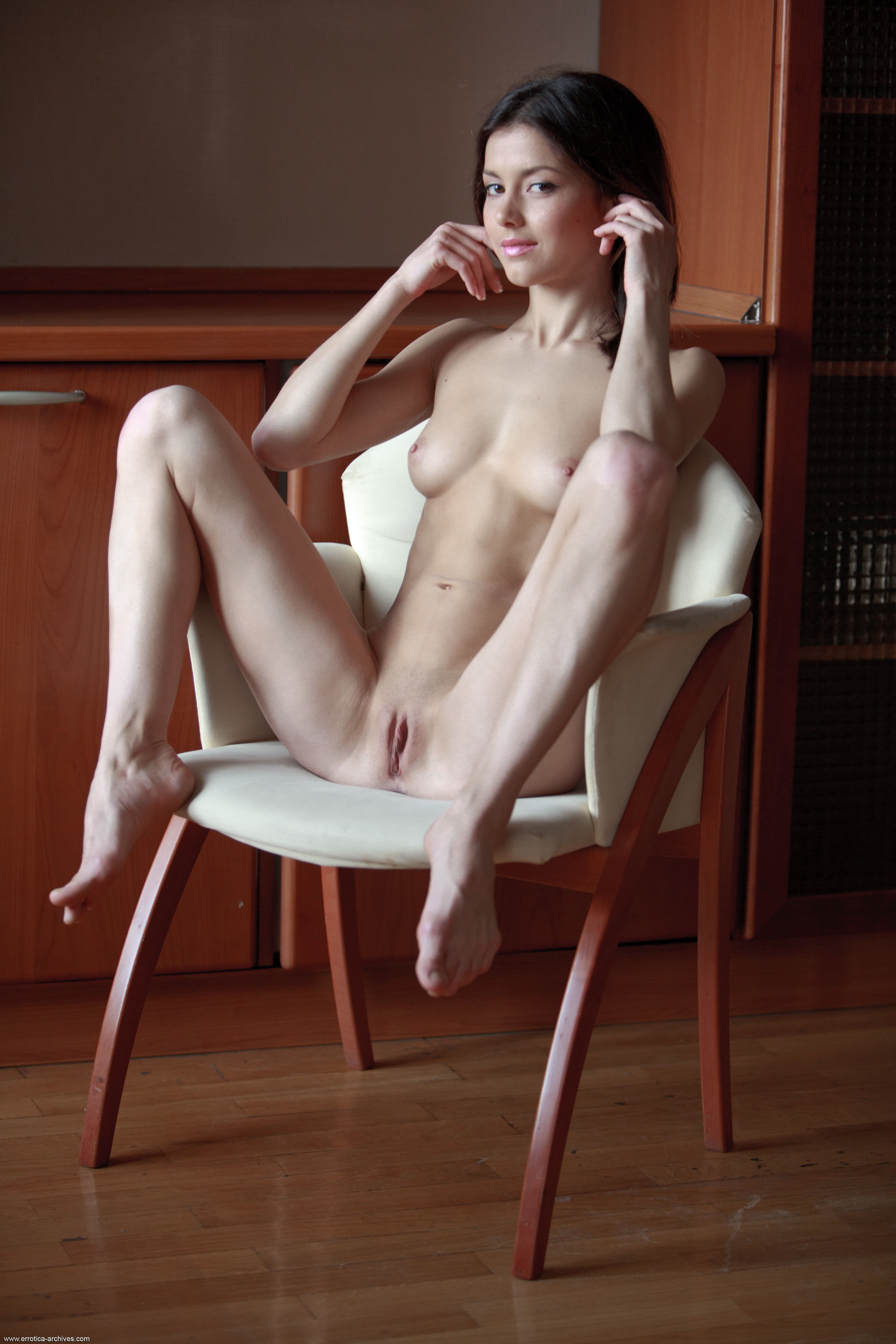 Худышка с сексуальной бритой писькой - фото