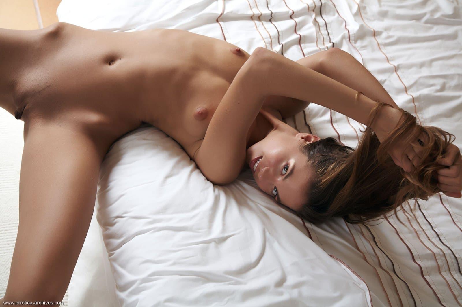 Тощая с бритой мандой на кровати - фото