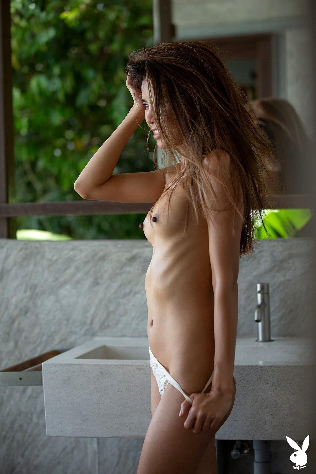 Худая тайская модель снимает кружевное бельё - фото