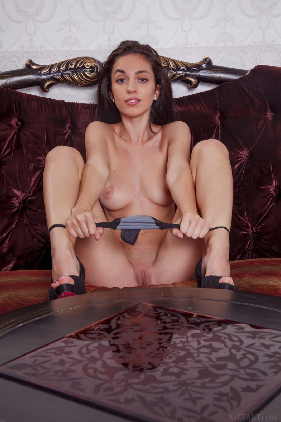 Раздетая девица с красивыми ногами на диване - фото