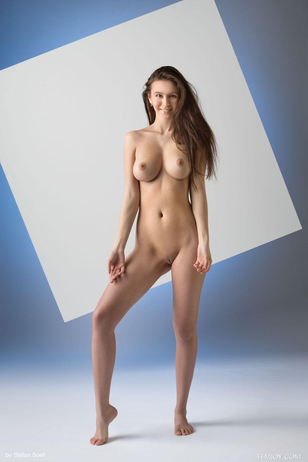 Грудастая модель сняла джинсы и майку в студии - фото