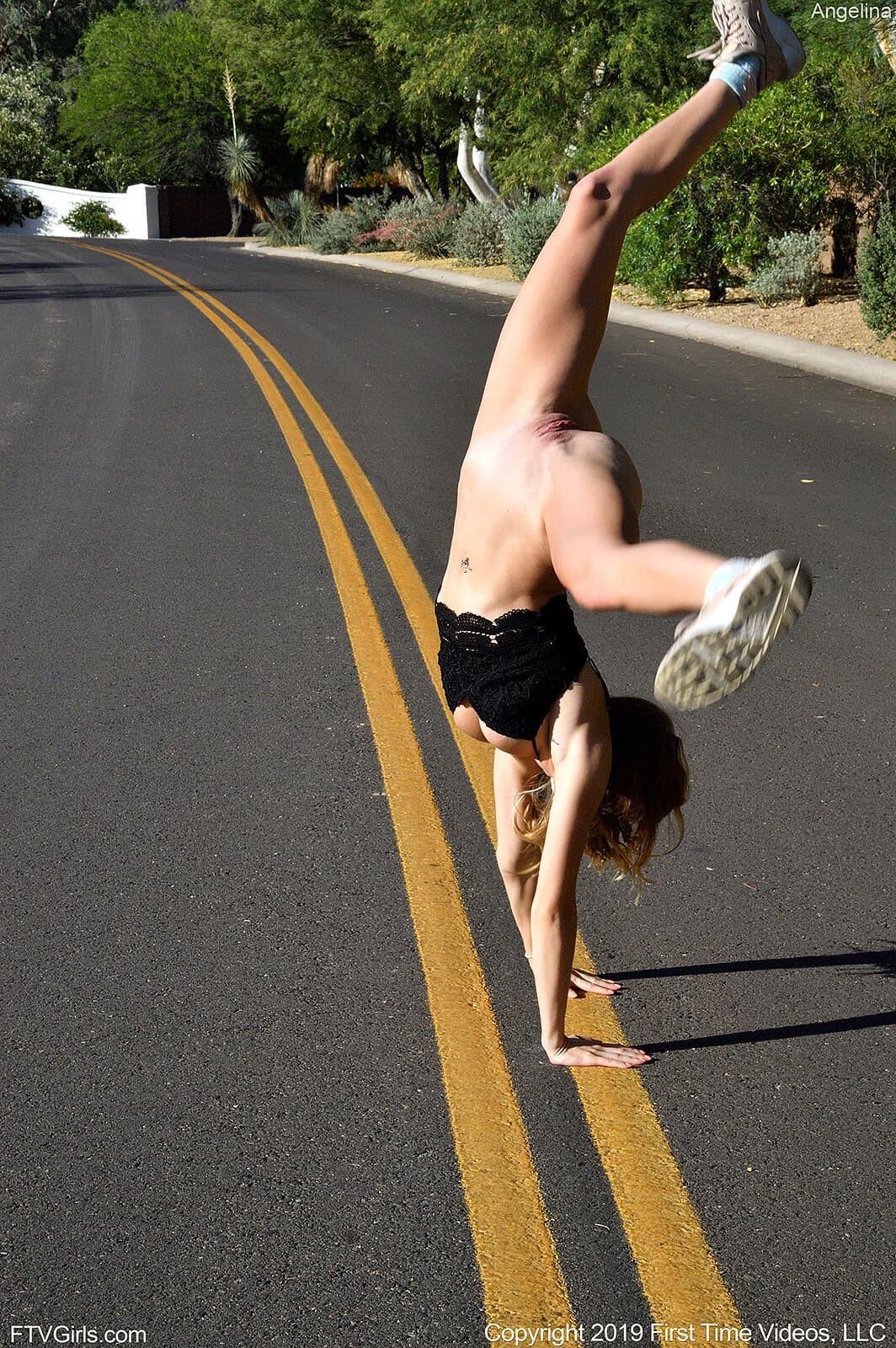 Спортивная девушка светит попочку на прогулке - фото