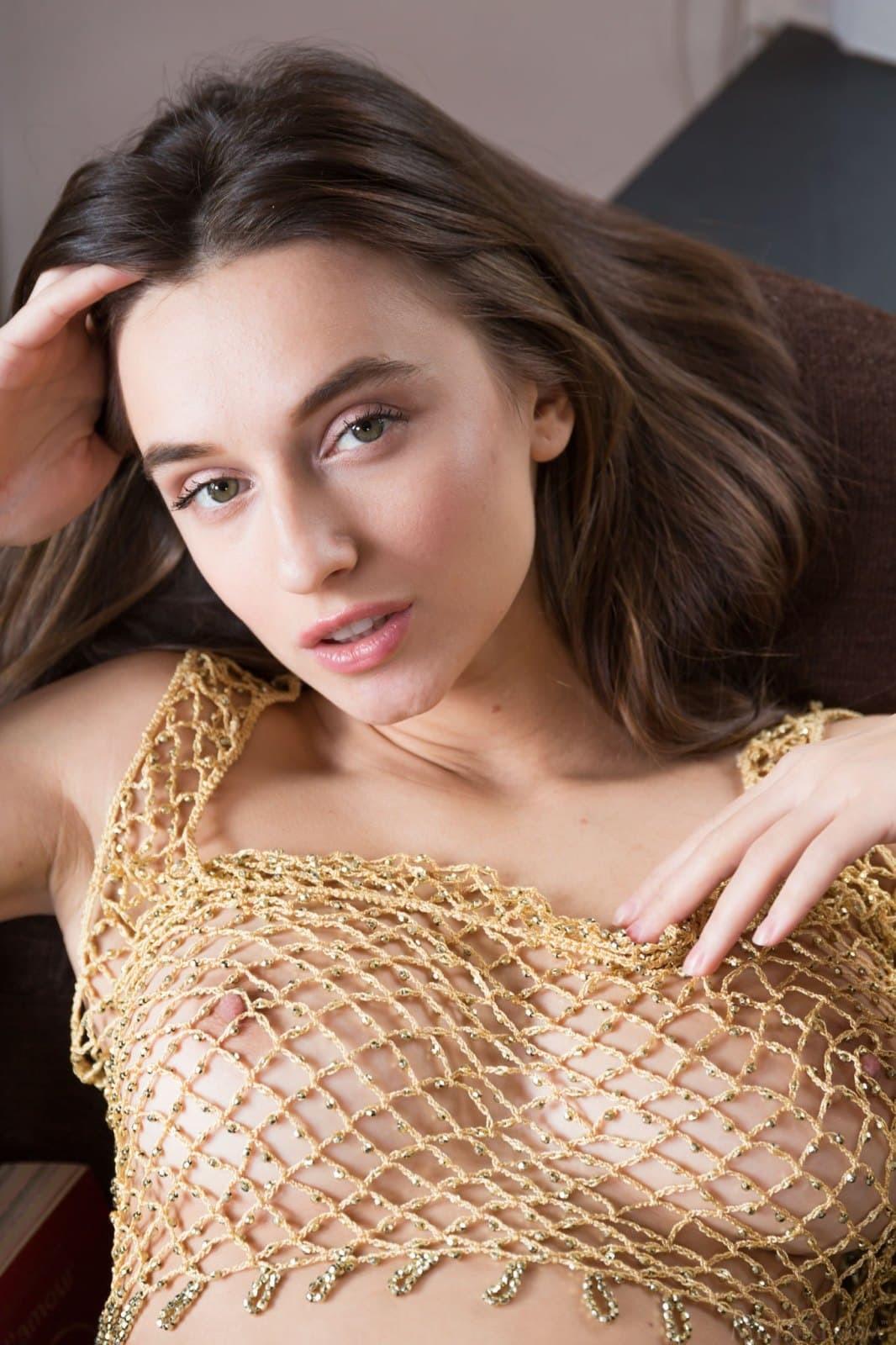Сексуальная девушка с красивой прической на лобке - фото