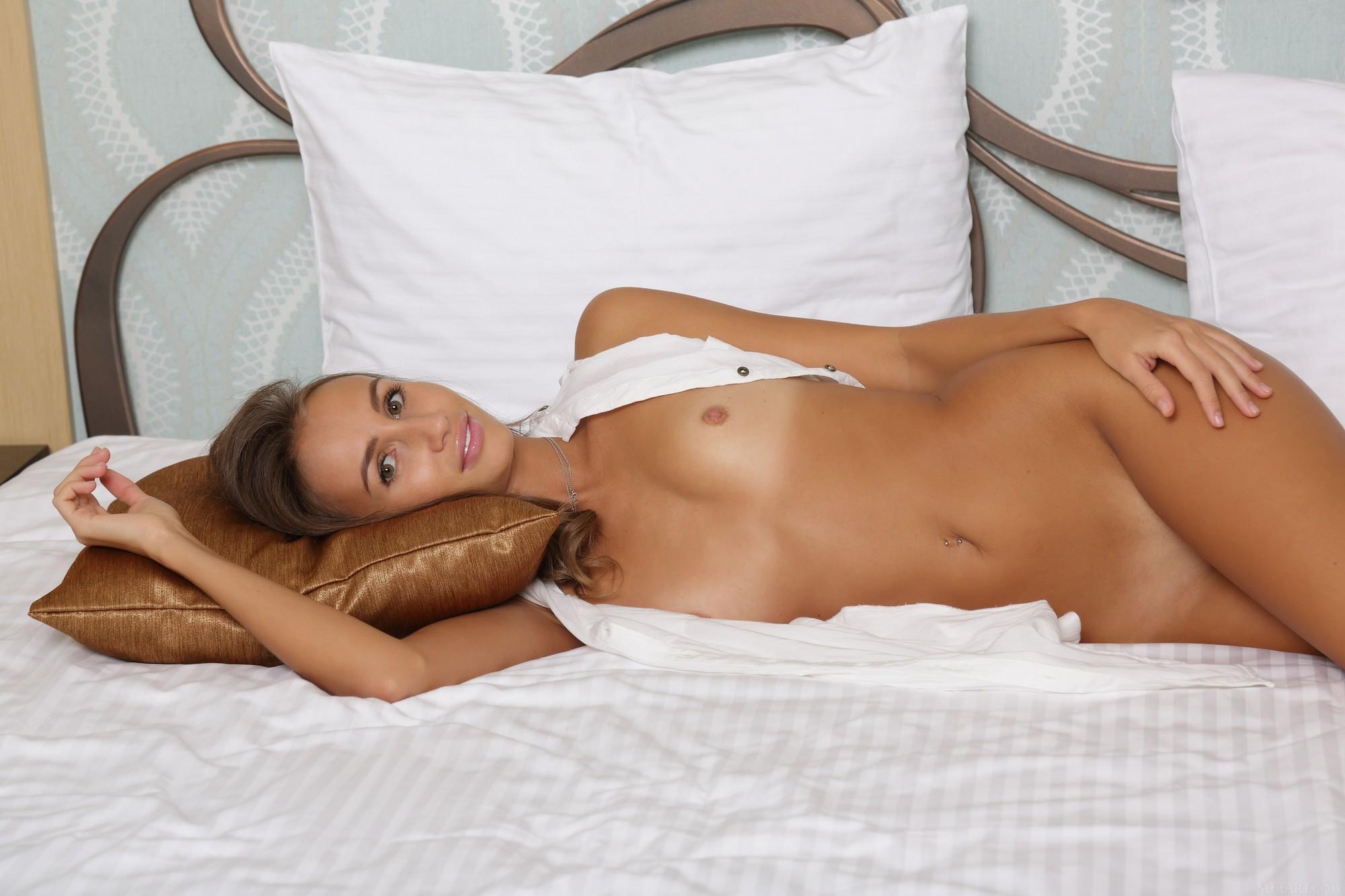 Красивая девица в белых трусиках оголилась на кровати - фото