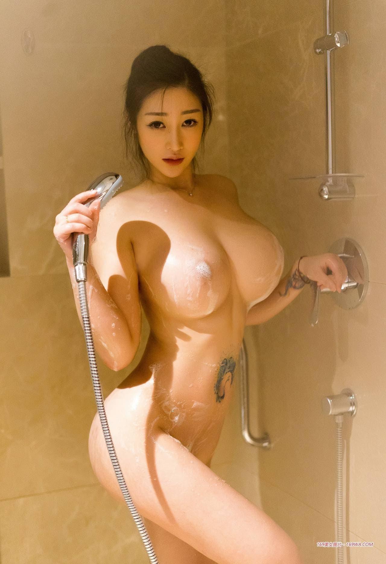 Голая кореянка с огромными дойками моется  - фото