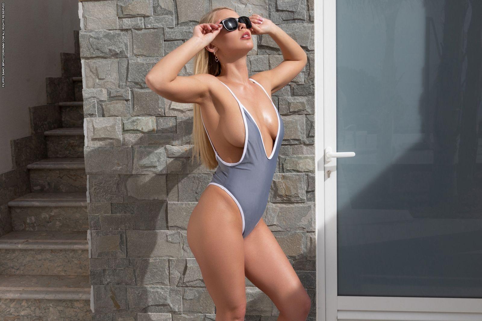 Смачная блондинка с пышными формами - фото