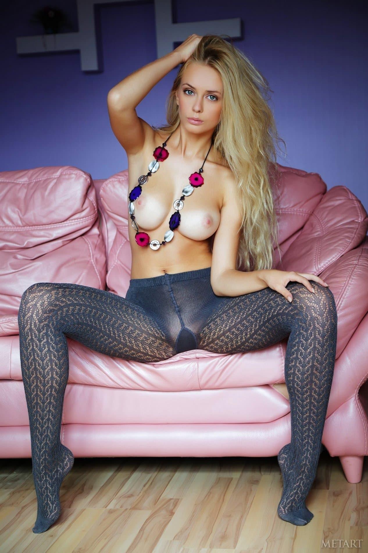 Красивая блондинка позирует в колготках на голое тело - фото