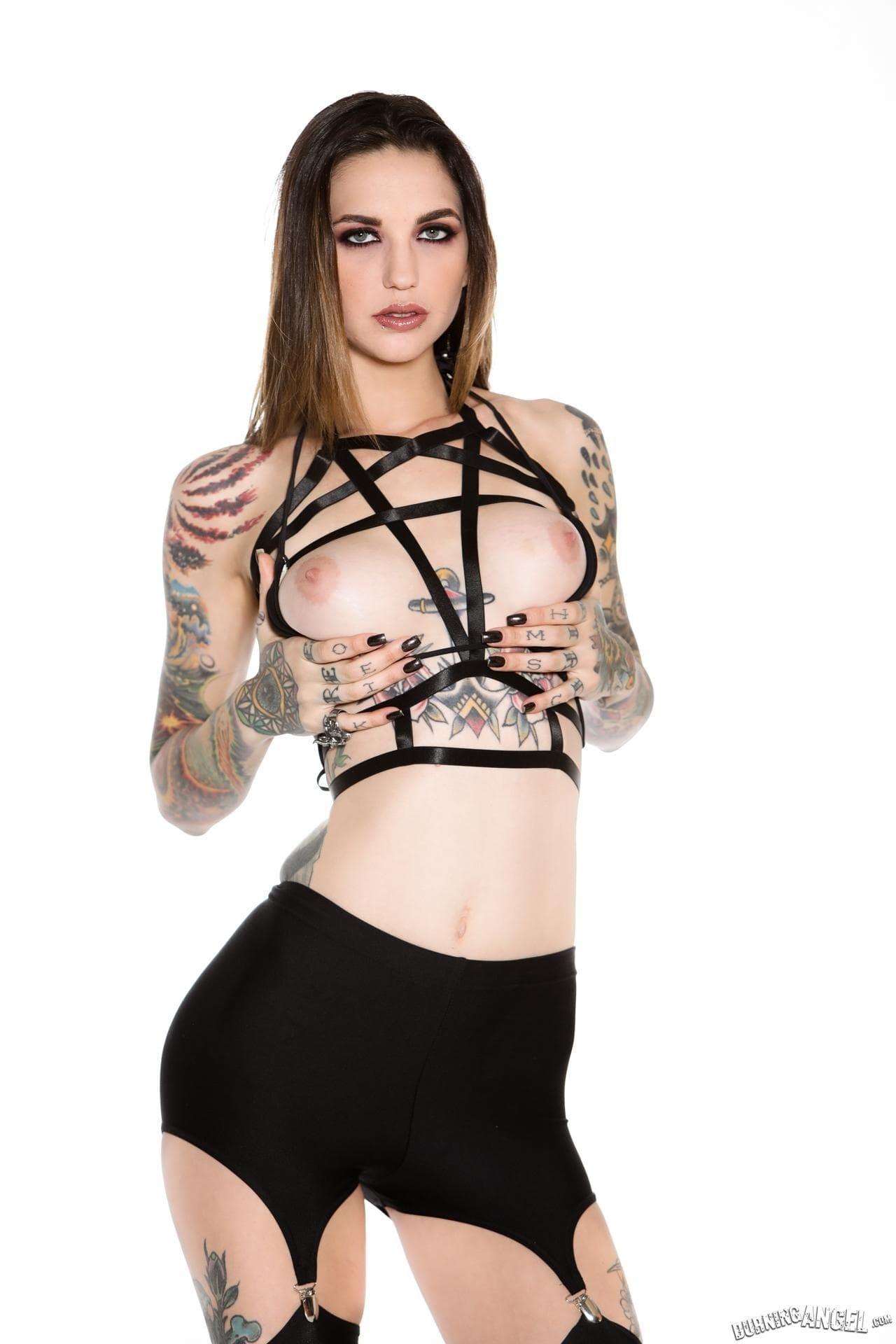 Обнаженная модель усыпанная татуировками - фото