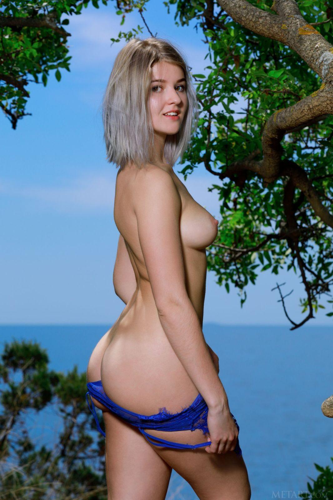 Девушка в боди позирует на природе - фото