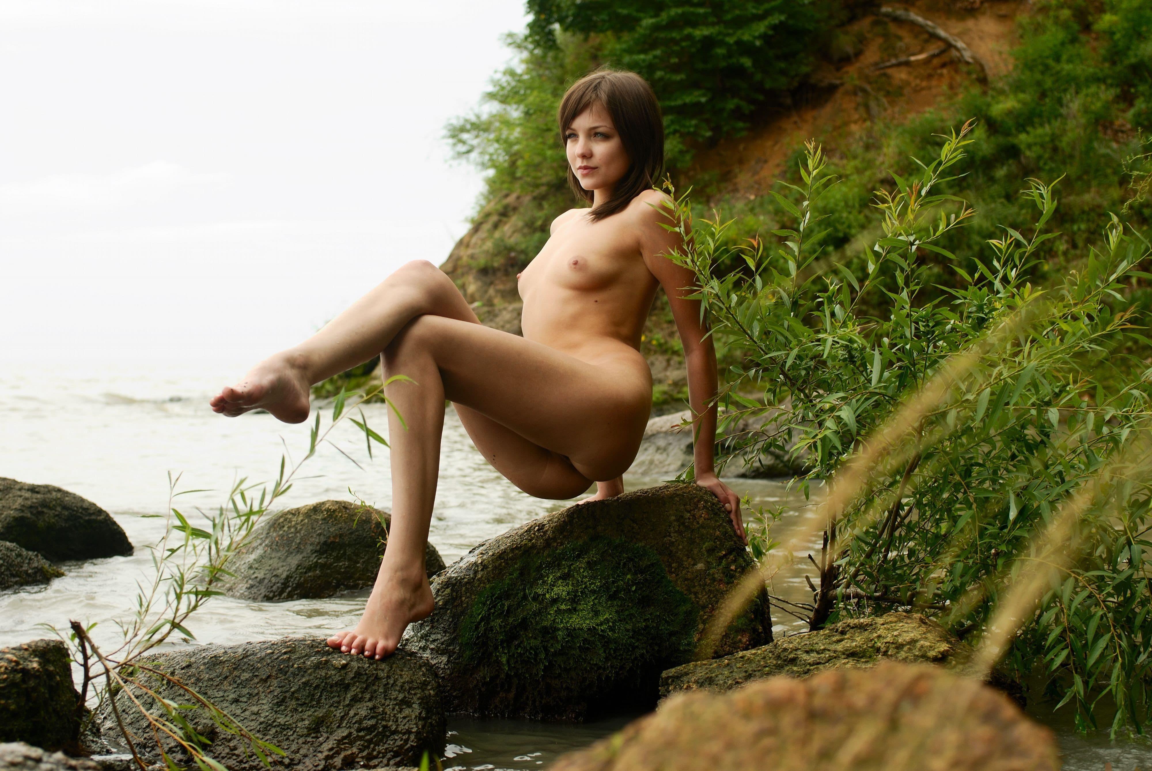 Милаха с маленькими сиськами на природе - фото