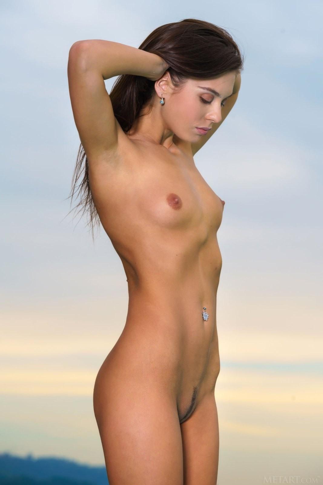Симпатичная девица с длинными ногами - фото