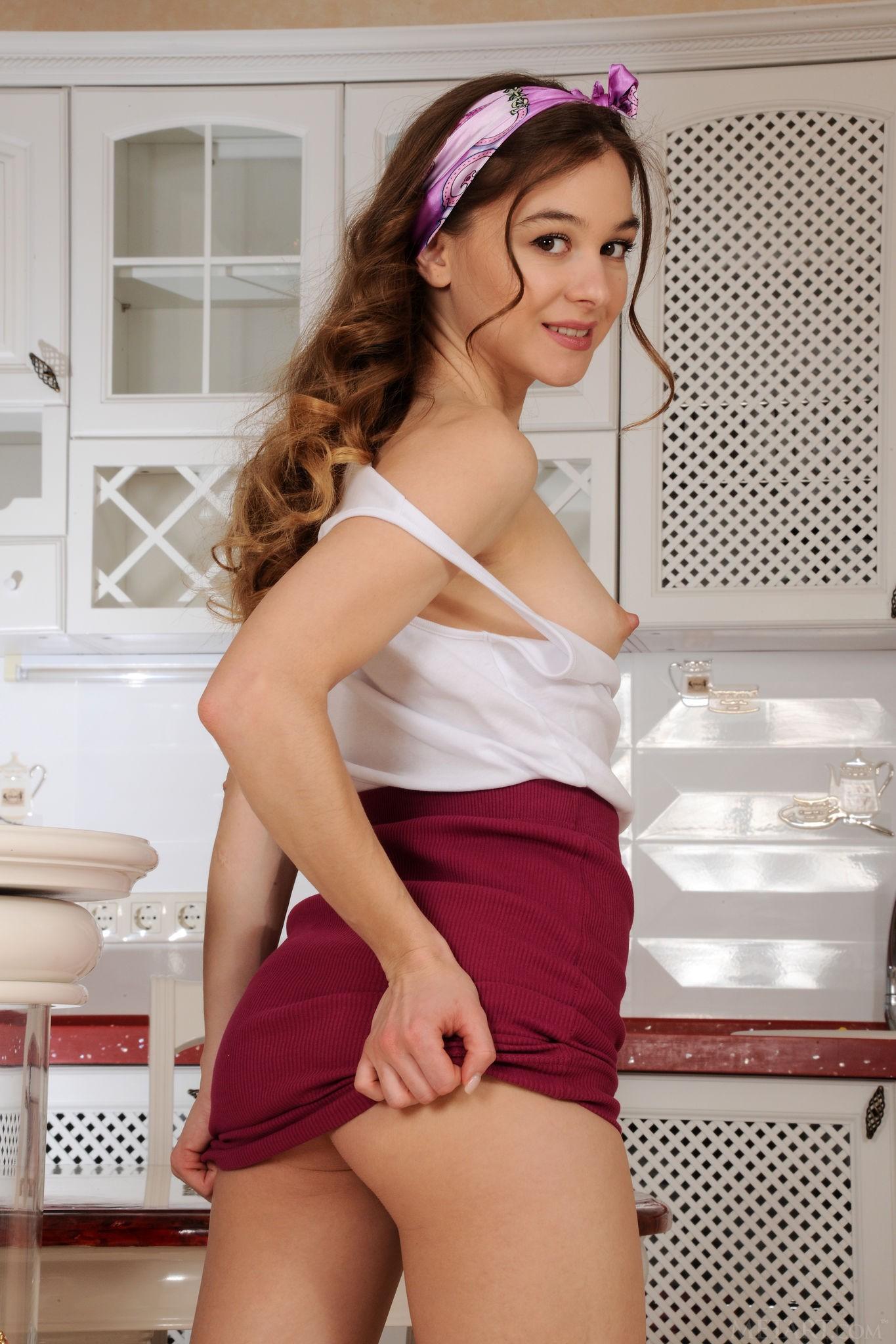 Шатенка снимает короткую юбку на кухне - фото